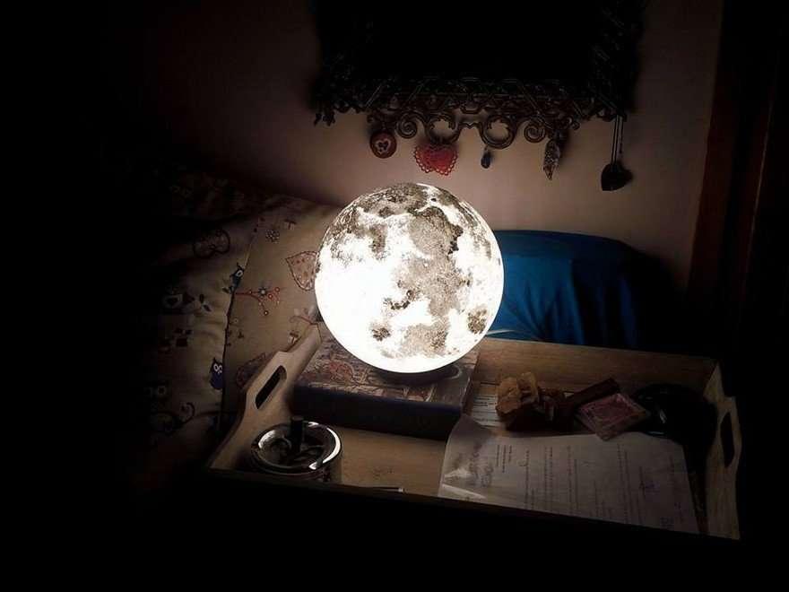 مصباح على شكل قمر